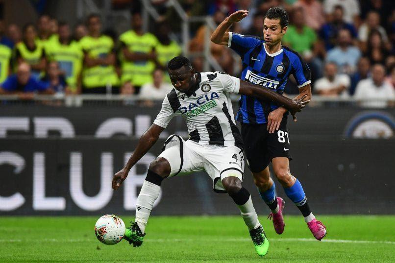 Nicholas Opoku thi đấu với màu áo của Udinese và đang giành bóng từ đối phương